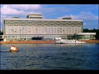 """Вид на гостиницу  """"Санкт-Петербург """" с Петровской набережной."""